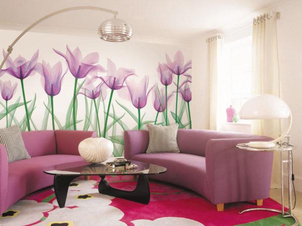 Обои с крупными цветами в гостиной