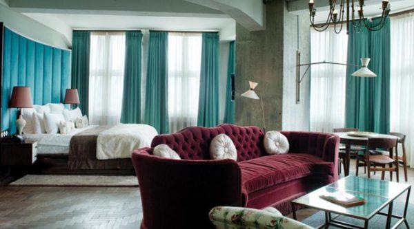 Бордовый диван в бирюзовой гостиной