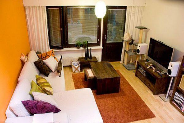 Небольшая комната с балконом