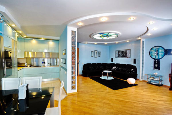 Столовая гостиная с круглым потолком