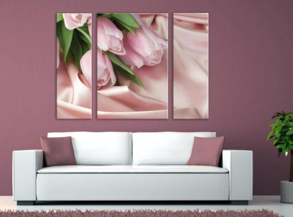Тюльпаны на картине в сереневой гостиной