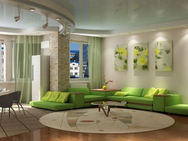Большой зелёный диван в зале