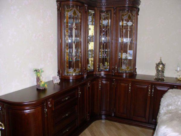 Угловай шкаф со стеклом в гостиной