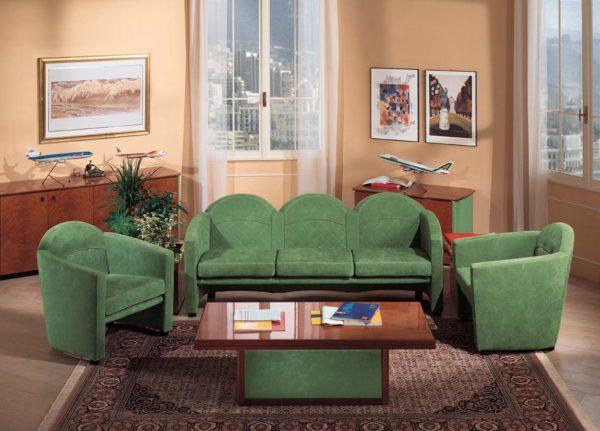 Тёмно зелёный диван в гостиной