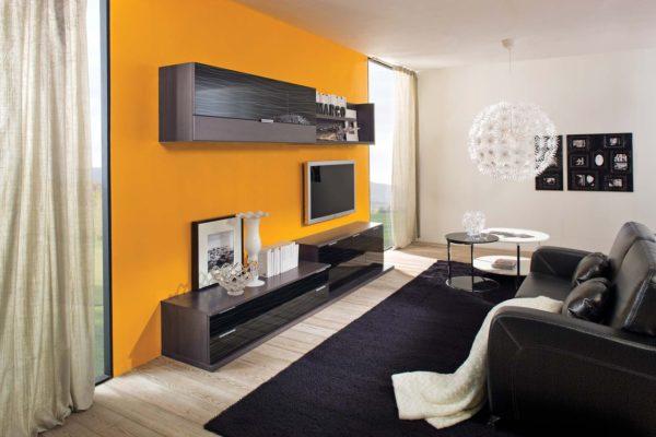 Оранжевая стена в гостиной