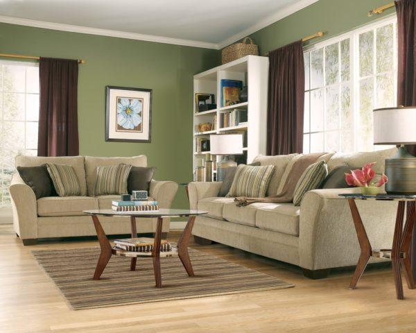 Бежевая мебель с зелёными стенами