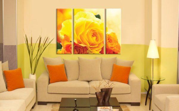 Жёлтые розы в гостиной на картине