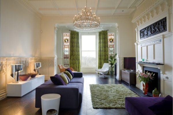 Зелёные шторы в фиолетовой гостиной