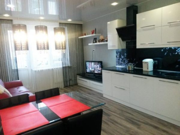 Красный цвет в дизайне гостиной-кухни