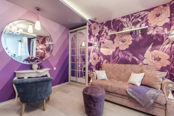 Сереневые 3D цветы в гостиной