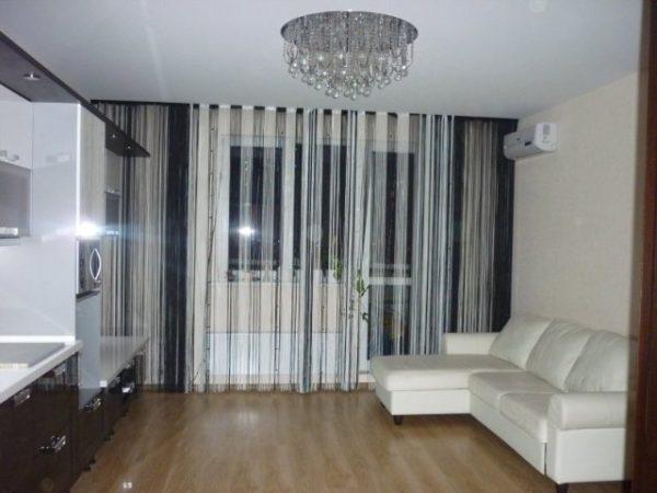 Белый диван и шторы кисея