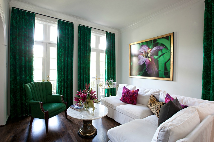 Коричнево-зеленые шторы в интерьере фото