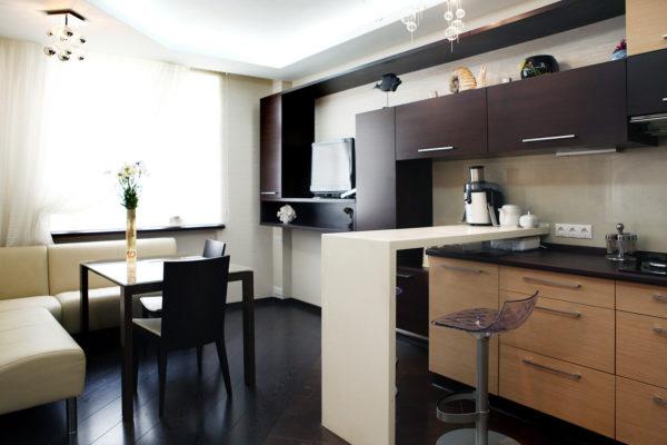 Небольшой обеденный стол в кухне-гостиной