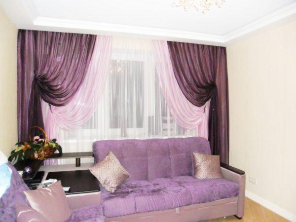 Тёмно-фиолетовый портьер в гостиной