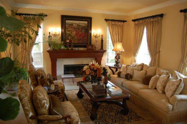 Диваны, камин в классической гостиной