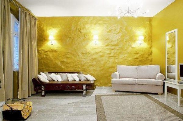 Жёлтая штукатурка в гостиной фото