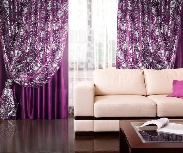 Светлый диван и фиолетовые шторы