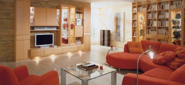 Красная мебель и стеклянный столик