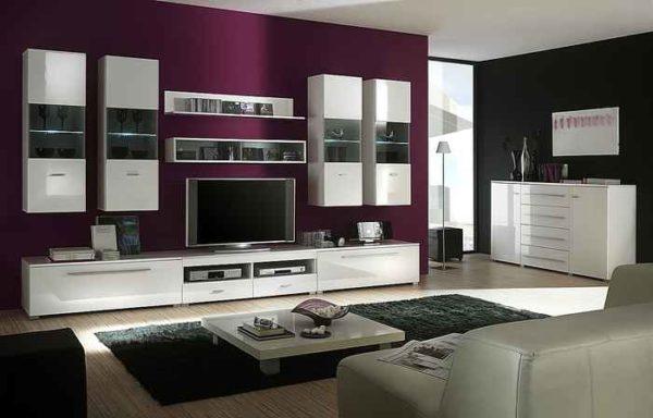 Белая модульная стенка на фиолетовой стене