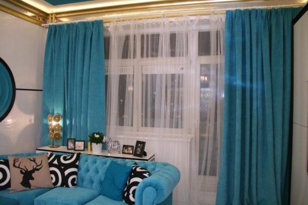 Бирюзовые шторы и диван в зале