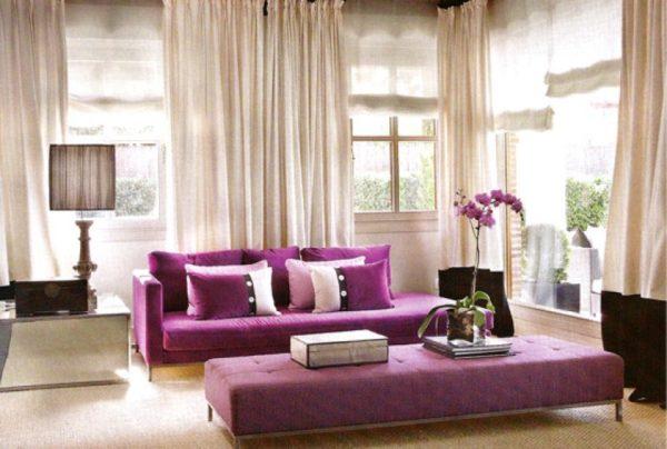 Светлая гостиная и фиолетовая мебель