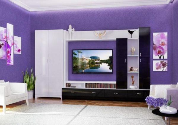 Стенка-шкаф в фиолетовой гостиной