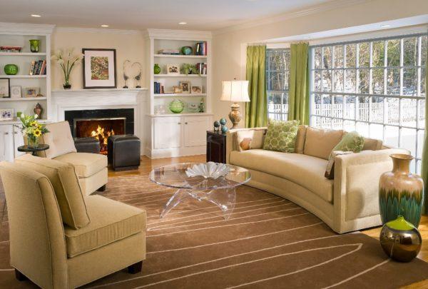 Бежевая мебель и зелёные шторы