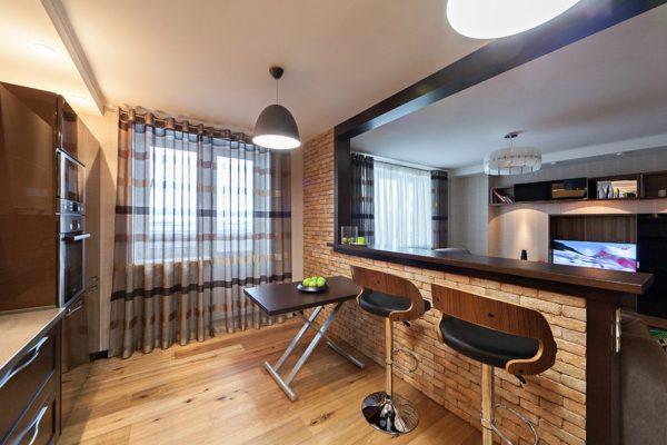 Барная стойка, разделяющая гостиную и кухню