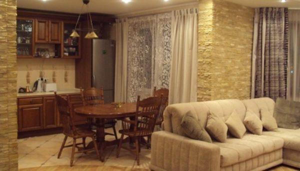 Текстурное зонирование кухни-гостиной фото
