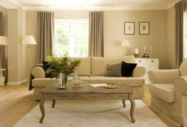 Деревянный столик в гостиной