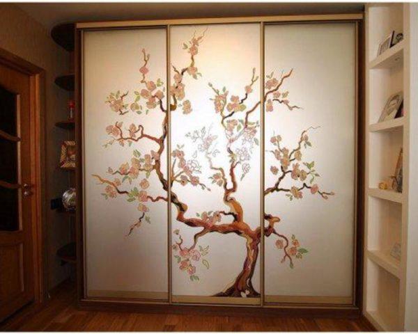 Угловая стенка с изображением дерева