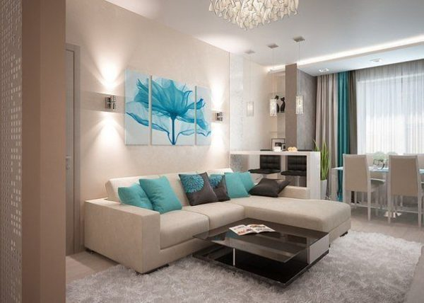 Бирюзовые подушки на диване в гостиной