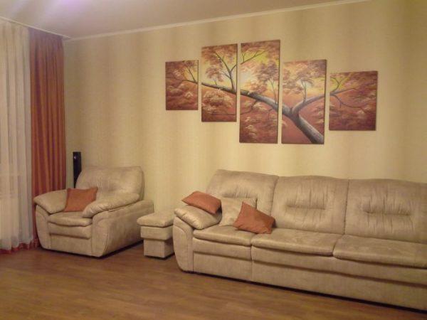 Дерево в гостиной на картине