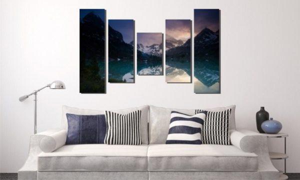 Ночные горы в гостиной на картине