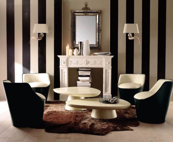 Чёрно-белая гостиная с полосатыми обоями