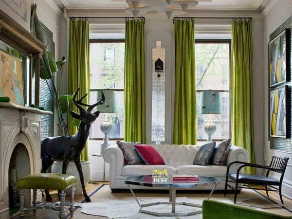 Зелёные шторы на больших окнах