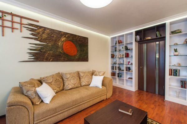 Открытые полки в гостиной в стене