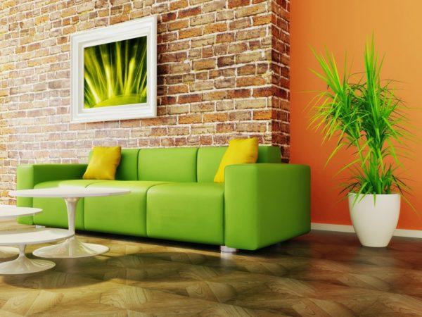 Зелёный диван с жёлтыми подушками