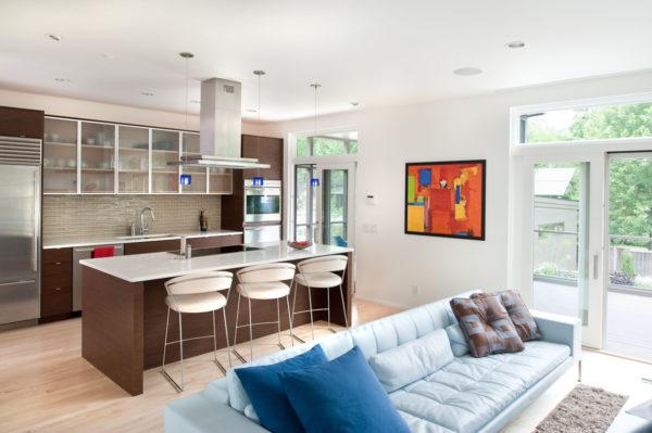 Гостиная-кухня с двумя большими окнами