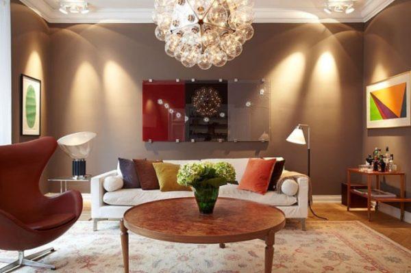 Освещение в коричневой гостиной