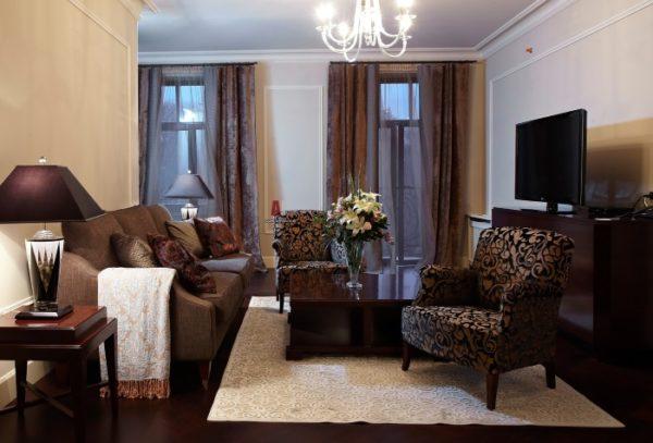 Светлый ковёр в гостиной