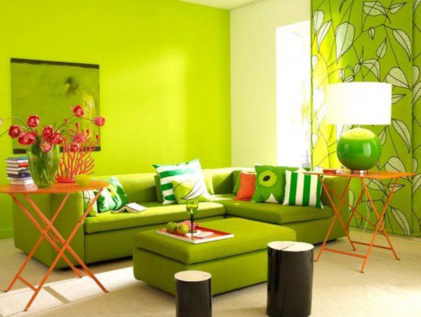 Яркий зелёный диван
