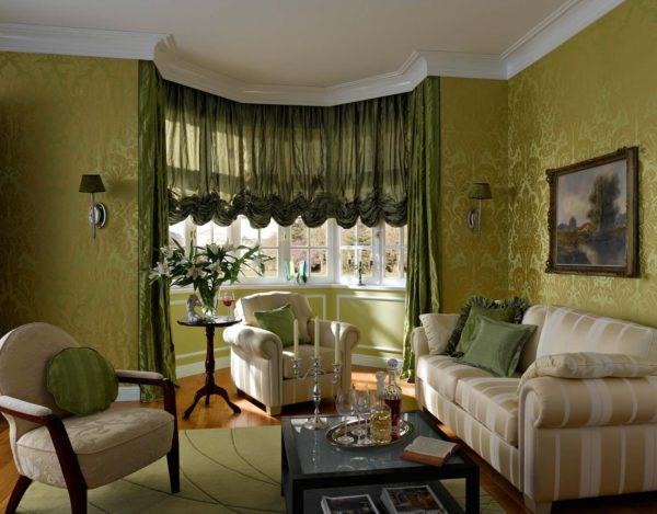 Эркер с зелёными шторами в зале