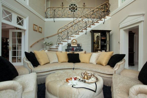Красивая лестница в гостиной