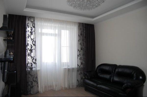 Чёрно-белые тона в небольшой гостиной