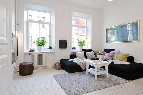 Тёмный диван в белой гостиной