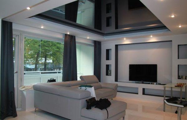 Чёрный потолок в гостиной