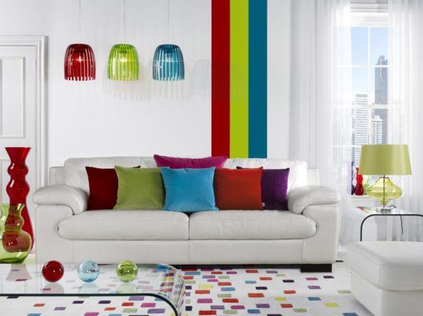 Разноцветные акценты в белой гостиной