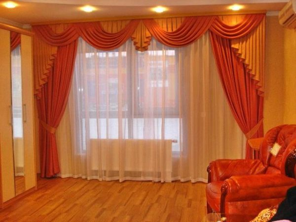 Яркий портьер в гостиной