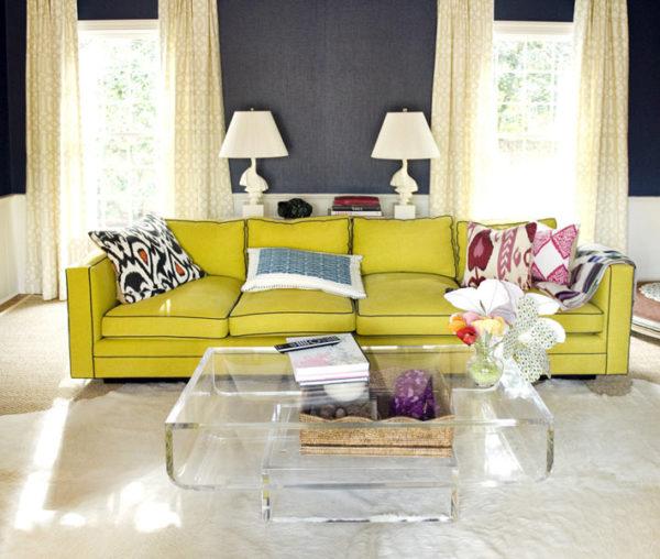 Зелёный диван и стеклянный столик